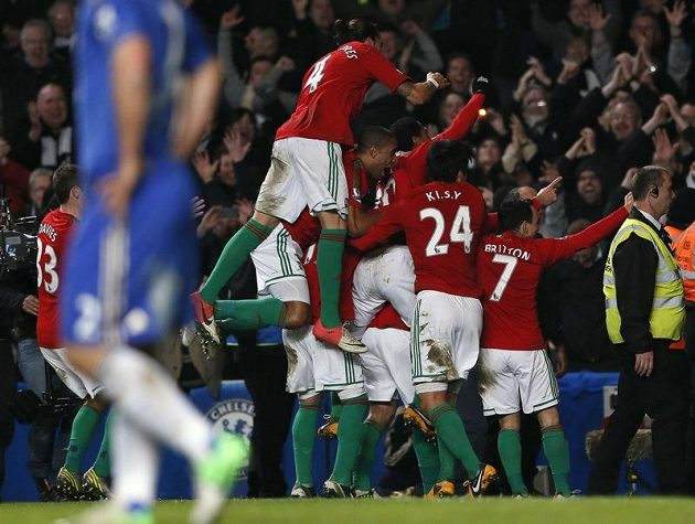 Fotbalisté Swansea (v červených dresech) se radují ze vstřelení druhého gólu do sítě Chelsea na Stamford Bridge. Jeho autorem byl Danny Graham.