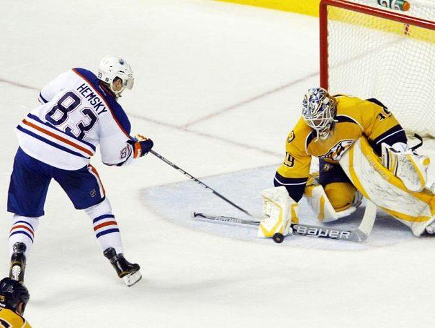 Aleš Hemský z Edmontonu střílí gól brankáři Nahvillu Predators Andersi Lindbackovi.