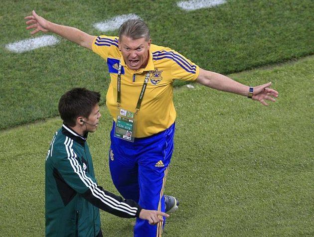 Ukrajinský trenér Oleg Blochin v ostré diskusi s rozhodčím v duelu proti Anglií