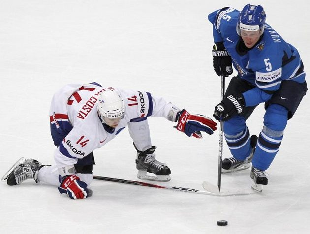 Francouz Stéphane da Costa ztratil hokejku, a tak ho finský bek Lasse Kukkonen snadno zastavil.