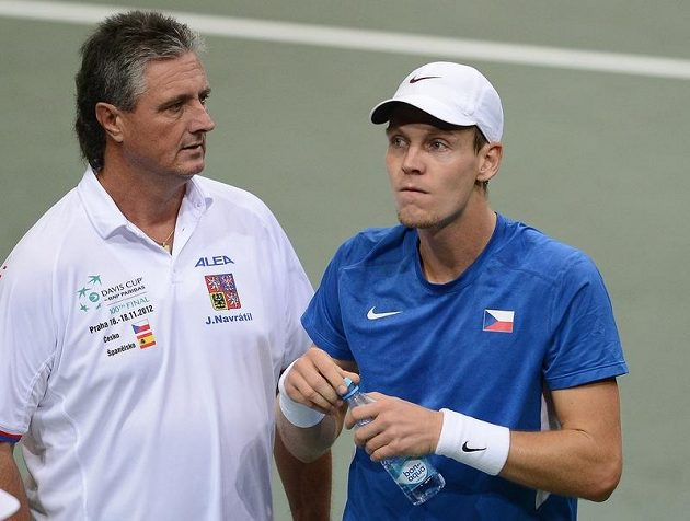 Český kapitán Jaroslav Navrátil udílí pokyny Tomáši Berdychovi.