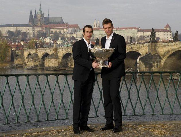 Radek Štěpánek (vlevo) a Tomáš Berdych pózují s trofejí pro vítěze Davis Cupu.