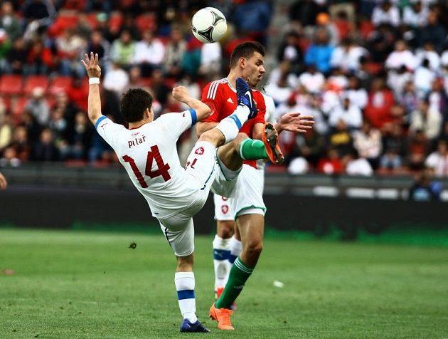 Václav Pilař (vlevo) v ostrém souboji o míč se Szalaym z Maďarska.
