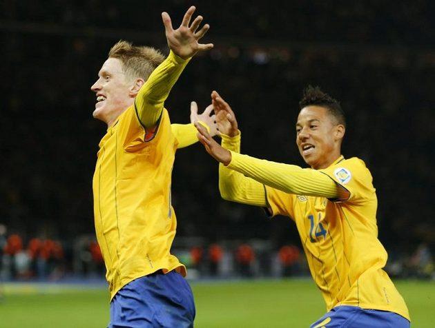Švéd Rasmus Elm (vlevo) se raduje se spoluhráčem z reprezentace Tobiasem Sanou po brance do německé sítě.