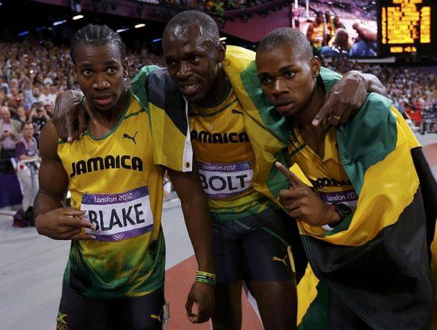 Jamajští medailisté z olympijského finále na 200 metrů (zleva) stříbrný Yohan Blake, vítězný Usain Bolt a bronzový Warren Weir