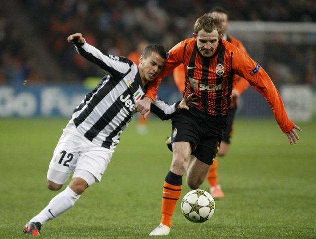 Útočník Juventusu Sebastian Giovinco (vlevo) se pere o míč s Olexandrem Kucherem ze Šachtaru.