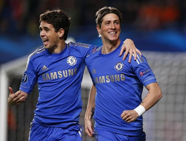Fernando Torres (vpravo) a Oscar slaví první gól Chelsea.