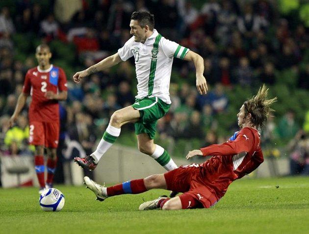 Jaroslav Plašil (vpravo) se snaží zastavit Robbieho Keanea z Irska