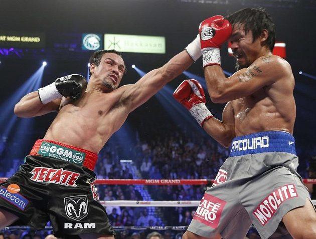 Juan Manuel Marquez z Mexika (vlevo) se snaží zasáhnout Filipínce Mannyho Pacquiaoa.