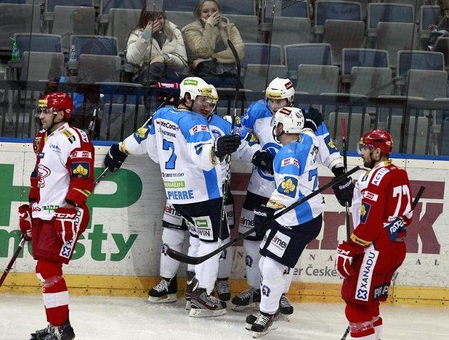 Hokejisté Plzně se radují z gólu proti Slavii.