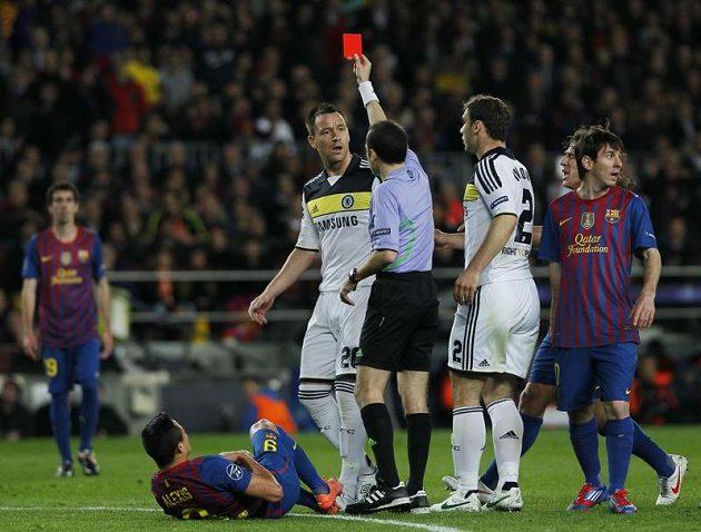 John Terry dostává červenou kartu v zápase s Barcelonou