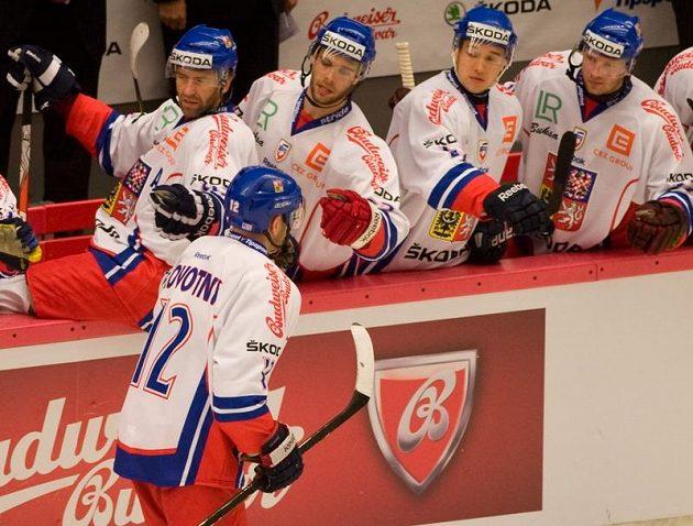 Čeští hráči gratulují Jiřímu Novotnému k druhému gólu proti Německu.