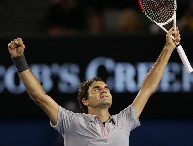 Švýcarský tenista Roger Federer se v Melbourne raduje z vítězství nad Francouzem Jo-Wilfriedem Tsongou.