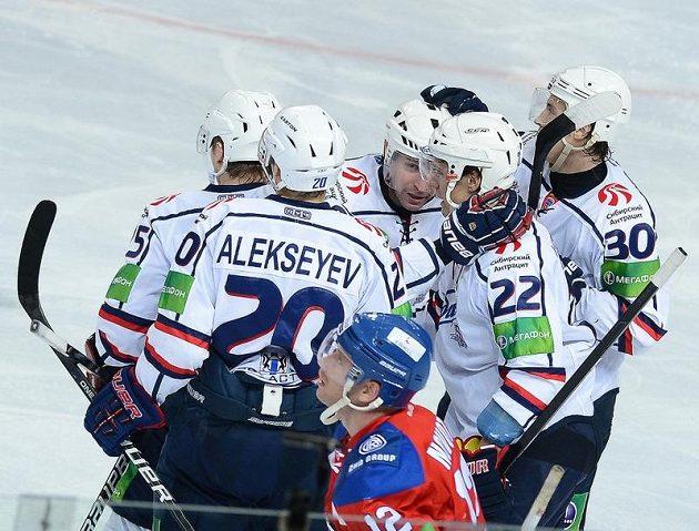 Hokejisté Novosibirsku se radují ze vstřelení gólu proti Lvu Praha.