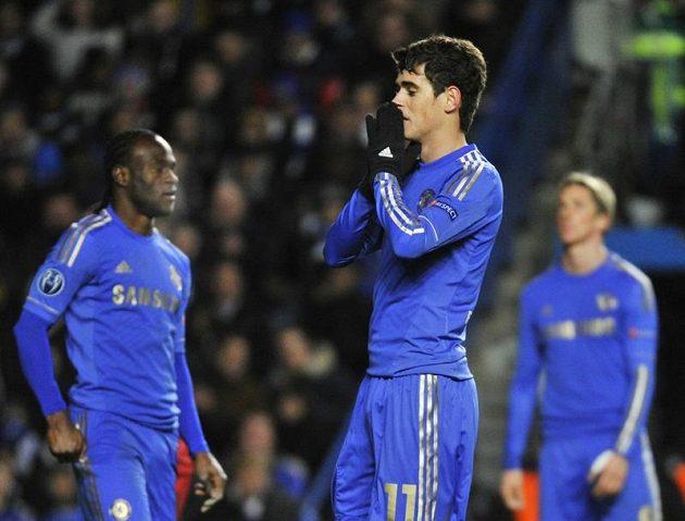 Zklamaní fotbalisté Chelsea, kterým ani vysoká výhra nad Norsjaellandem nepomohla k postupu ze základní skupiny Ligy mistrů. Druhý zprava brazilský záložník Oscar.