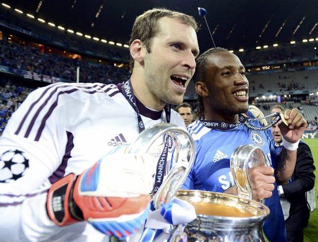 Petr Čech a Didier Drogba s pohárem.