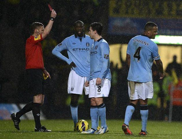 Rozhodčí Mike Jones ukazuje červenou kartu pro Samira Nasriho (druhý zprava) z Manchesteru City.