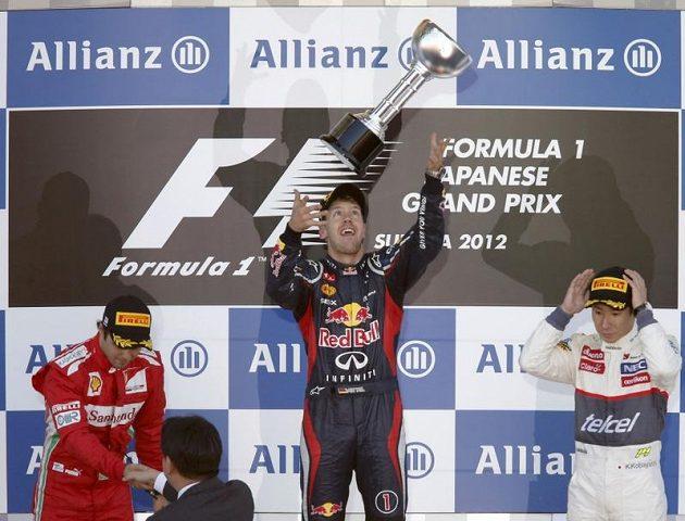 Sebastien Vettel si pohazuje s pohárem pro vítěze VC Japonska. Druhý dojel Felipe Massa (vlevo) a třetí Kamui Kobajaši.