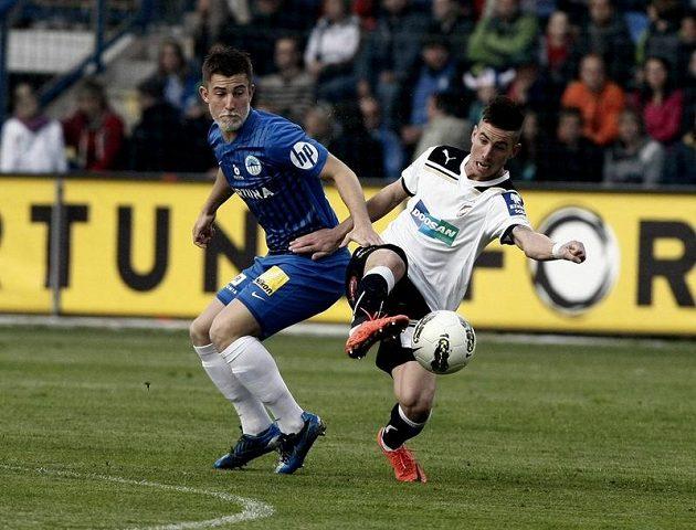 Liberecký Lukáš Vácha (vlevo) v souboji o míč s Milanem Petrželou z Plzně.