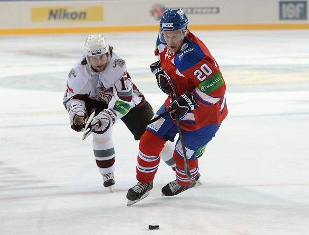 Aleksandrs Niživijs z Dinama Riga (vlevo) a Petr Vrána z týmu Lev Praha při prvním utkání nové sezony KHL v pražské Tipsport Areně.