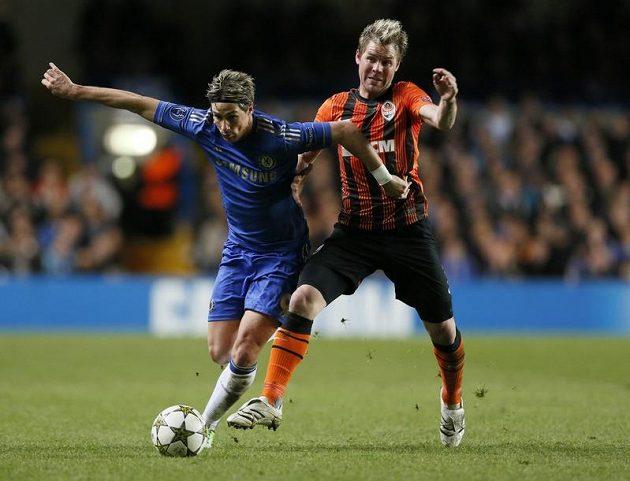 Fernando Torres takhle uniká českému záložníkovi Tomáši Hübschmanovi.