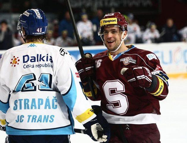Sparťanský útočník Dominik Pacovský (vpravo) se raduje ze vstřelení gólu proti Vítkovicím. Vlevo přihlíží Petr Strapáč.