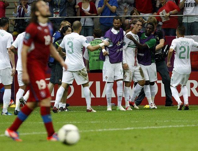 Portugalští fotbalisté se radují z jediné branky proti Česku.