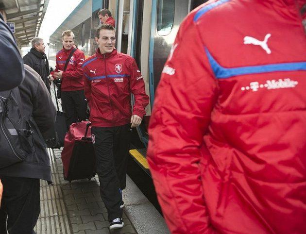 Čeští fotbalisté při výstupu z vlaku na olomouckém nádraží.
