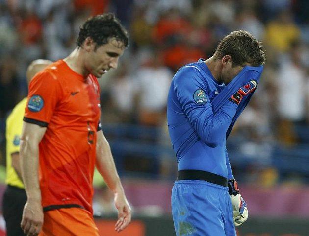 Další zklamání! Nizozemský brankář Maarten Stekelenburg s Markem van Bommelem v utkání s Německem