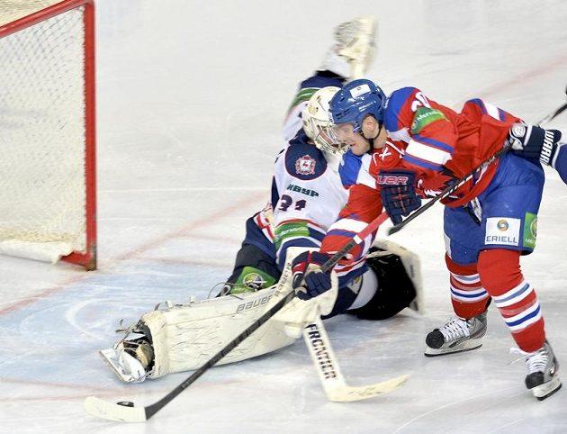 Útočník Lva Praha Tomáš Rachůnek (vpravo) střílí gól brankáři Kovalovi z Nižného Novgorodu.