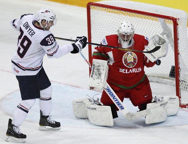 Běloruského gólmana Vitalije Kovala ohrožuje Patrick Dwyer.
