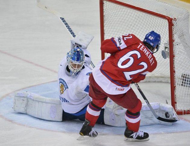 Český hokejista Petr Tenkrát se v souboji o bronz na MS snaží překonat finského gólmana Petriho Vehanena.