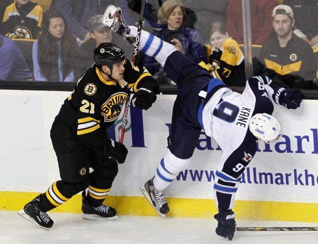 Útočník Winnipegu Evander Kane (vpravo) v souboji s bostonským obráncem Andrew Ferencem.