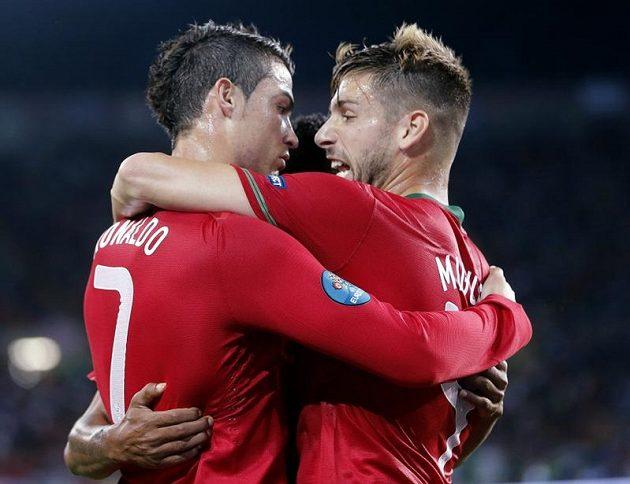 Cristiano Ronaldo a Miguel Veloso z Portugalska se radují z branky.