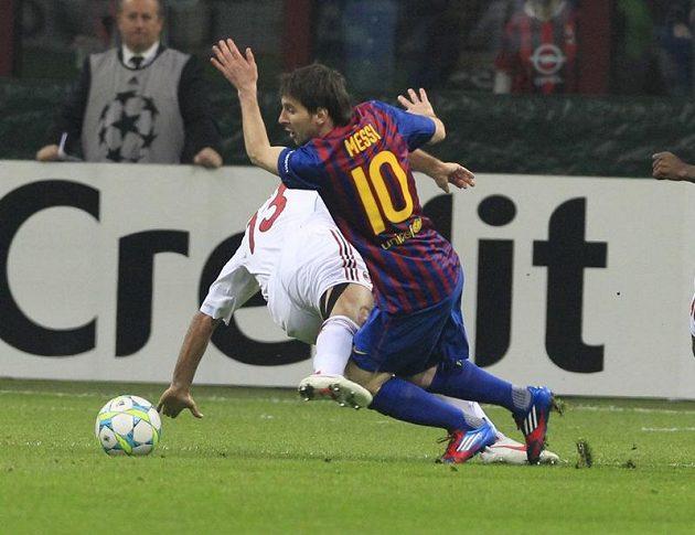 Lionel Messi z Barcelony obchází obránce AC Milán Alessandra Nestu ve čtvrtfinále Ligy mistrů.