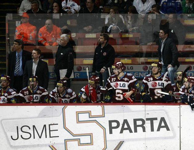 Střídačka hokejistů Sparty.