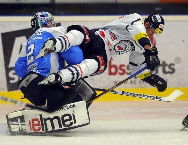 Plzeňský brankář Marek Mazanec (vlevo) a liberecký útočník Tomáš Urban v utkání 5. kola Tipsport extraligy.