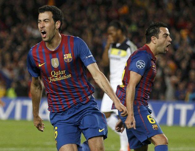 Sergio Busquets (vlevo) a Xavi Hernandez oslavují gól proti Chelsea