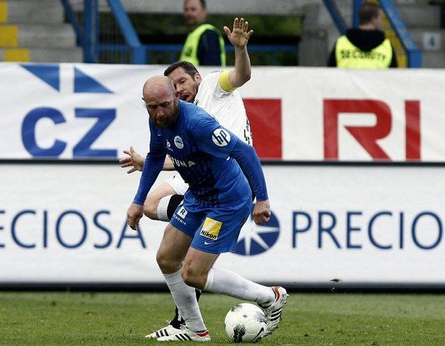 Liberecký Štajner (modrý) a plzeňský Horváth v bitvě o fotbalový titul.