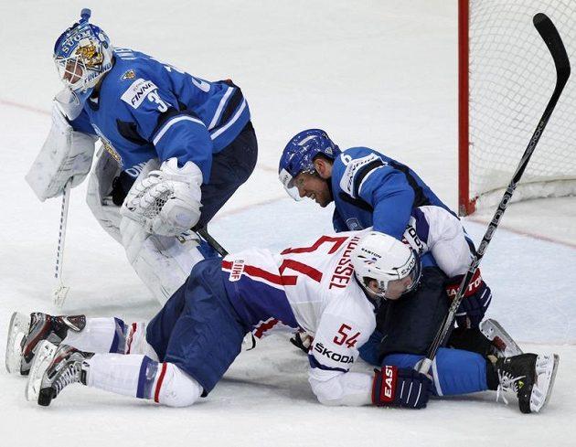Finský gólman Petri Vehanen odrazil i za pomoci obránce Jaakoly atak francouzského útočníka Antoina Roussela.