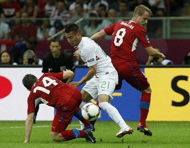 Joao Pereira z Portugalska obehrává Václava Pilaře a Davida Limberského ve čtvrtfinále Euro 2012 v polské Varšavě