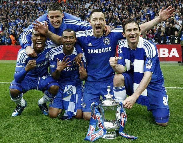 Mazácká sekce slaví - zleva Salomon Kalou, Gary Cahill, Ashley Cole, John Terry a Frank Lampard.