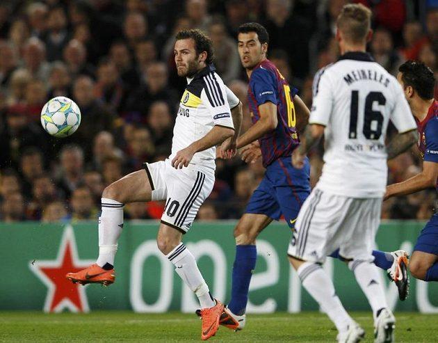 Juan Manuel Mata z Chelsea (vlevo) odkopává míč před hráčem Barcelony Sergio Busquetsem