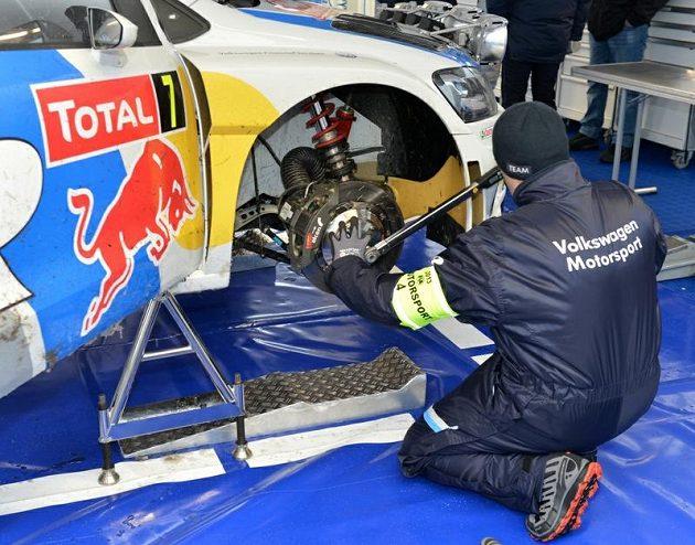 Mechanik při práci na stroji Volkswagen Polo WRC finského pilota Latvaly.