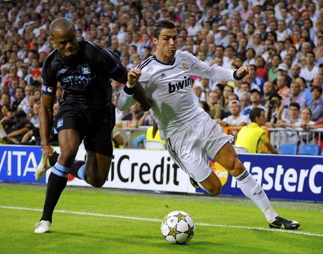 Cristiano Ronaldo (vpravo) z Realu Madrid bojuje o míč s Vincentem Kompanym z Manchesteru City