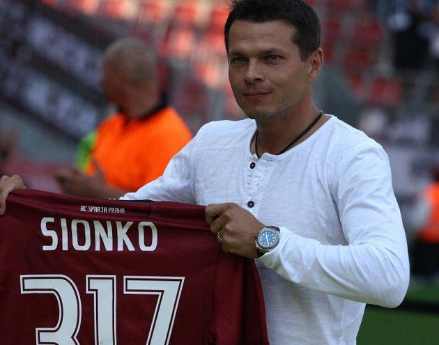 Libor Sionko se při utkání s Hradcem loučil s aktivní kariérou. Od sparťanských fandů se dočkal bouřlivých děkovných ovací.
