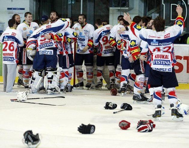 Pardubičtí hokejisté právě vybojovali čtvrtou finálovou výhru a oslavují titul.