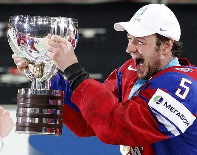 Kapitán ruského mužstva Ilja Nikulin s pohárem pro mistry světa