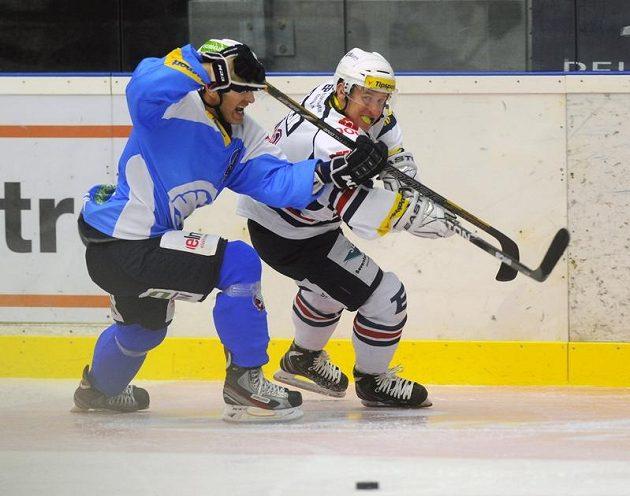 Plzeňský obránce Jiří Hanzlík (vlevo) a útočník Chomutova Štěpán Hřebejk bojují o puk v utkání devátého kola extraligy.
