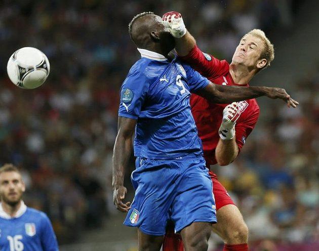 Tvrdý souboj anglického brankáře Joea Harta s italským útočníkem Mariem Balotellim